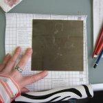 Die Rückseite der Zinkplatte wird mit Folie beklebt, damit die Säure die Rückseite nicht ätzen kann - Susanne Haun