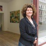 Annette Falklund in der Tür vor ihrer Ausstellung - Foto von Susanne Haun