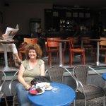 Annette Falklund und ich beim Kaffee in der Bergmannstr. - Foto von Susanne Haun