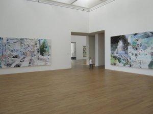 Ich mag den Durchblicke vom Raum der Corinne Wasmuht zu Gerhard Richters 256 Farben von 1974