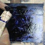 Ich reibe die Farbe mit den Fingern in die Platte - Foto von Cordula Kerlikowski