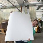 20 Papierherstellung bei der Hahnemühle Frau Scheerbarth und das Papier (c) Foto von Susanne Haun