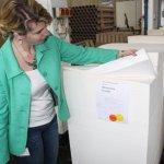 24 Frau Scheerbarth zeigt uns das Hahnemühlepapier (c) Foto von Susanne Haun