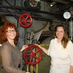 25 Susanne Haun und Cordula Kerlikowski schauen sich die Maschine an (c) Foto von Bettina Scheerbarth
