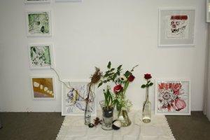 Blumenstück in meinem Atelier (c) Zeichnung von Susanne Haun