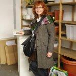 Susanne Haun in der Humboldt Bibliothek vor dem Sockel für ihr Objekt (c) Foto von Christiane Weidner