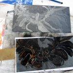 Die fertige schwarze Platte und die zweite im entstehenden rote Platte (c) Susanne Haun