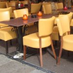 Stühle auf der Oranienburger Straße (c) Foto von Susanne Haun