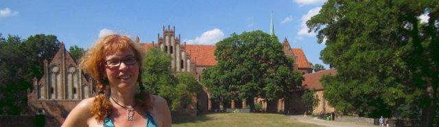Ich vor der Klosteranlage