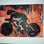 Radfahrer in schwarz - rot Holzschnitt von J.H. (c) Foto von Susanne Haun