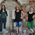 Christiane Budig, Susanne Haun und Conny Niehoff beim Hängen (c) Foto von M.Fanke