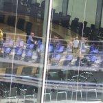 Blick in den Sitzungssaal mit Spiegelung eines Spreedampfers von der Spreebrücke aus (c) Foto von Susanne Haun