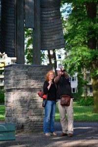 ürgen und Susanne vor dem Hannah Höch Engel in Berlin Tegel (c) Foto von M.Fanke