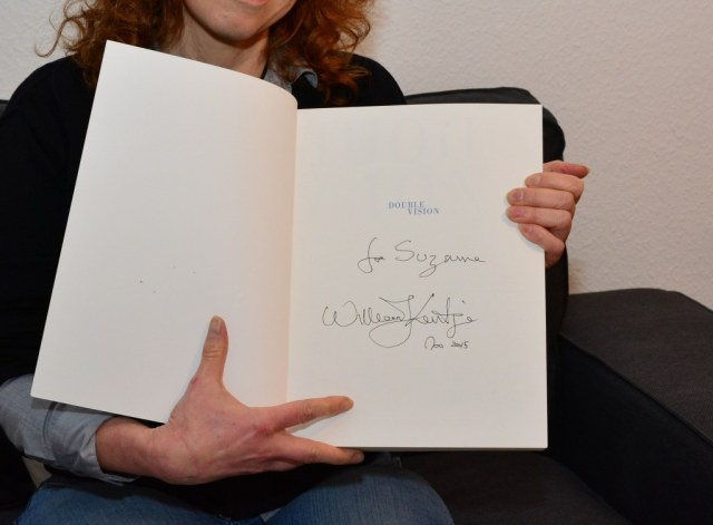 Ich freue mich über den signierten Katalog (c) Foto von M.Fanke