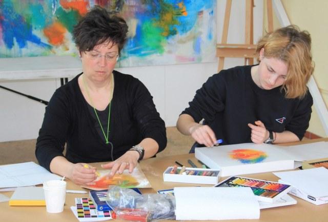 Mutter und Tochter beim Workshop Portrait in Pastell (c) Foto von Susanne Haun