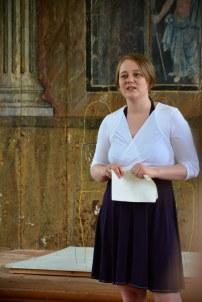 Die Kuratorin Nina Alice Schuchardt eröffnung die Austellung RaumZeitBegegnung Roddahn (c) Foto von M. Fanke