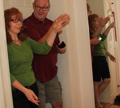 Susanne Haun und Jürgen Küster beim Hängen der Ausstellung Wegschütten (c) Foto von Cristina Wiedebusch