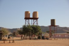 Wasser wird in der Namib Wüste an der camp side geliefert (c) Foto von M.Fanke