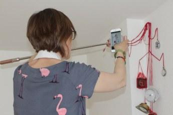 Doreen Trittel dokumentiert die Installation Kuenstlerischer Umgang mit Erinnerungen (c) Foto von Susanne Haun
