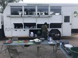 Das tägliche Abendbrot wurde vor dem Truck zu uns genommen (c) Foto von Susanne Haun