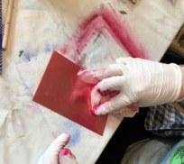 Meike wischt ihre Platte rot ein (c) Foto von Susanne Haun