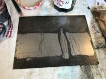 Workshop Radierung im Atelier - Claudia - Zinkplatte mit schwarzer Farbe eingeschmiert - Dozentin Susanne Haun (c) VG Bild Kunst, Bonn 2018