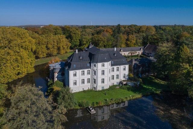 A.Savin (Wikimedia Commons · WikiPhotoSpace) - Eigenes Werk Schloss Türnich (Luftbild) in Kerpen, Rhein-Erft-Kreis (Deutschland)