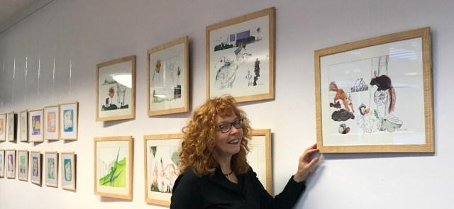 Susanne Haun vor den Landtiere in Originalgröße (c) Foto von Nina Alice Schuchard