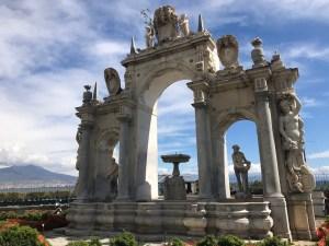 Neapel - Pause auf dem Weg zum Castel dell Ovo mit Blick auf dem Vesuv - Foto von Susanne Haun (c) VG Bild-Kunst, Bonn 2019