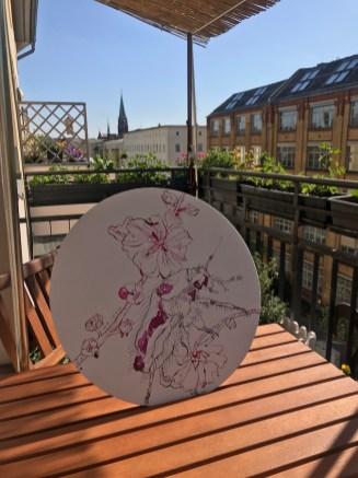 Malven mit Rosenkäfer auf dem Balkon, Berlin Wedding, Durchmesser 40 cm, Tusche auf Leinwandkarton, Zeichnung von Susanne Haun (c) VG Bild-Kunst, Bonn 2020