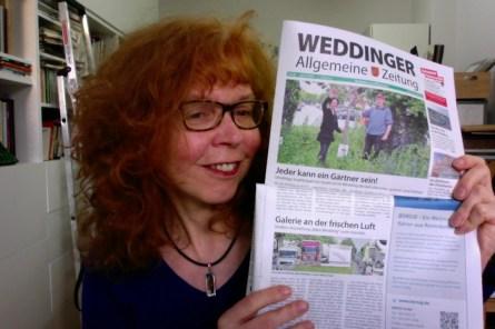 Susanne Haun im Atelier mit Weddinger Allgemeinen Zeitung (c) Susanne Haun