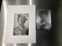 Zinkplatte schwarzes Portrait in der Druckpresse, in der Aquatinta Technik geätzt, Foto und Radierung von Susanne Haun (c) VG Bild-Kunst, Bonn 2020