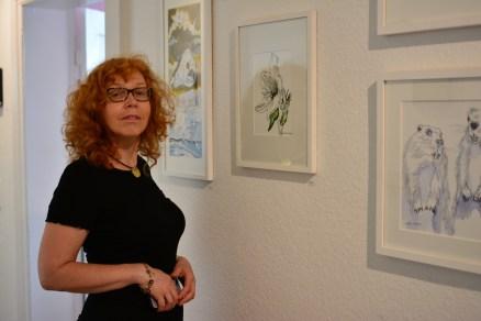 Künstlerin Susanne Haun vor ihren Bildern im Atelier von Kerstin Mempel (c) Foto von M.Fanke