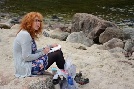 Künstlerin Susanne Haun beim Zeichnen an der Küste Kiel (c) Foto von M.Fanke