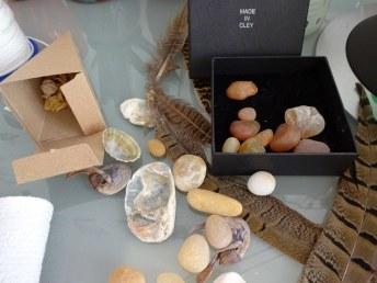 Fundstücke aus Cley auf meinem Arbeitstisch (c) Foto von Susanne Haun