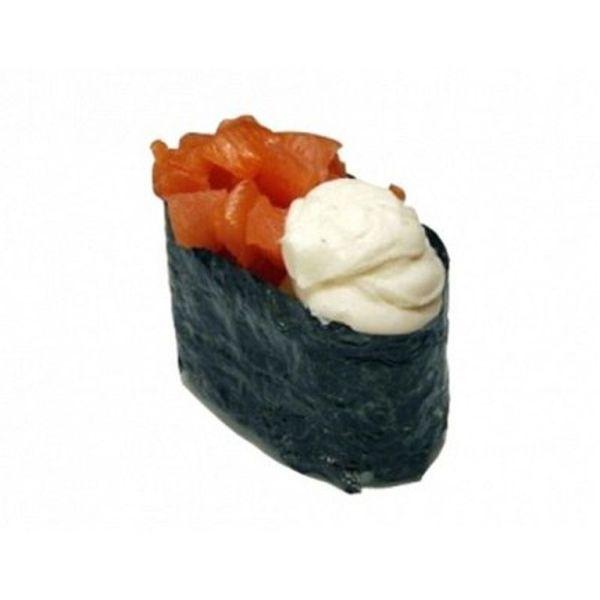 Гункан с лососем и сыром
