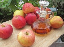 Making homemade fruit vinegar