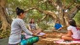1. Cultivar um estado relaxado de corpo e mente: todas as aulas de Yoga possuem um momento de quietude e relaxamento. Mesmo que seja apenas por alguns minutos, as crianças aprendem a compreender a importância dessa quietude interior, sentindo seus benefícios, e acabam levando esse aprendizado para suas vidas diárias.
