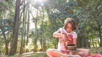 11. Controlar emoções: Praticar Yoga oferece as crianças uma saída imediata para reduzir o stress. É um exercício físico que é ativo e relaxante ao mesmo tempo, e produz endorfinas (hormônios que causam prazer). Os exercícios de respiração aliado às técnicas de relaxamento, são fontes poderosas para acalmar a mente, o corpo, e controlar as emoções. A aula de Yoga ensina o não julgamento e a não competição em direção a si mesmo e aos outros. São ferramentas que uma criança pode carregar em qualquer situação difícil da sua vida.