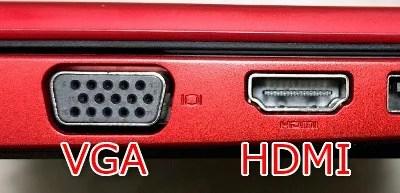 ノートPC横のVGAとHDMIの端子を並べた画像。