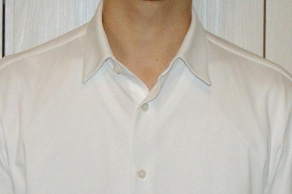 白い肌着のワイシャツからの透け