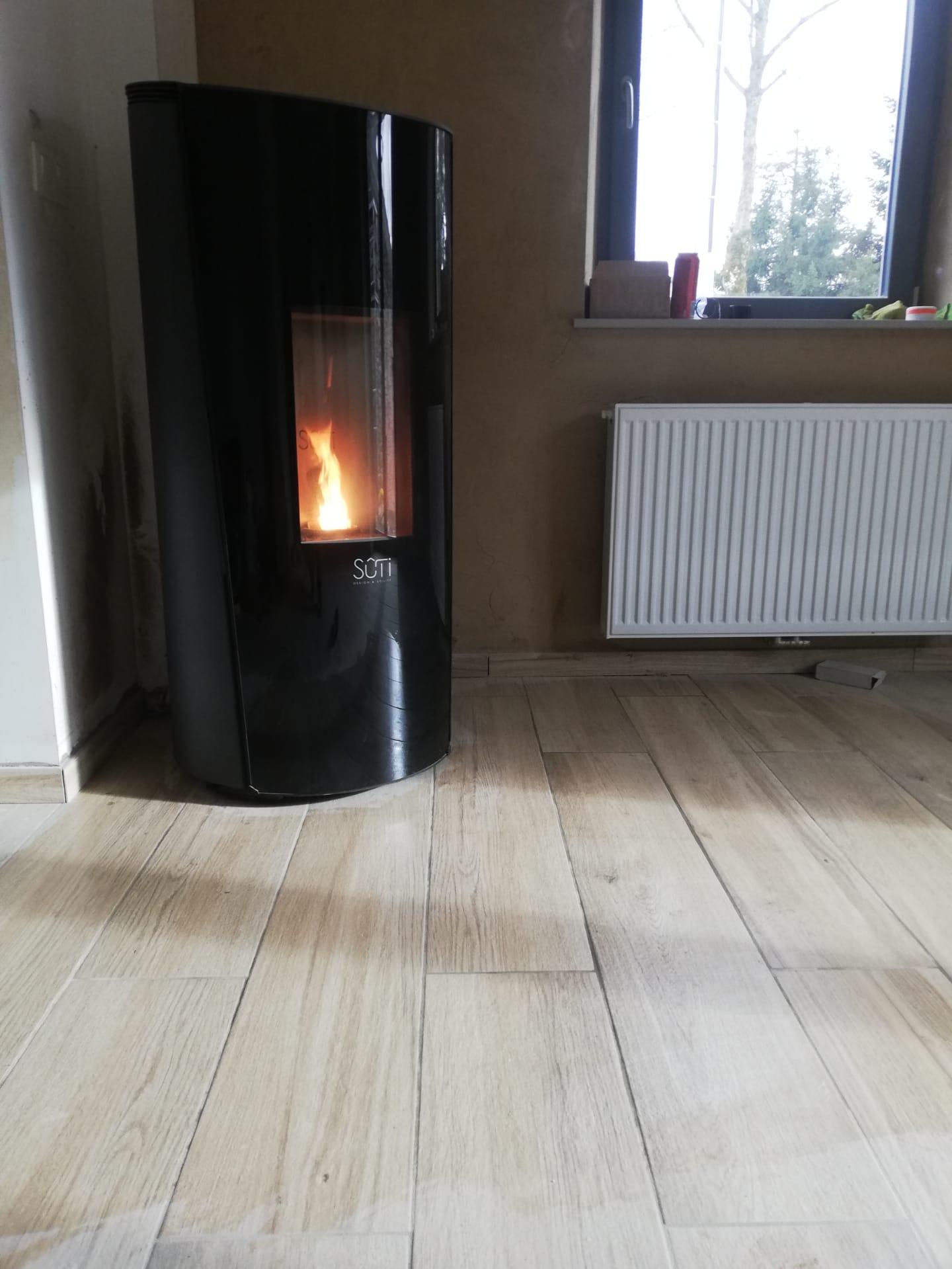 Sûti Design & Utility | Poêle à pellet IP1 verre noir