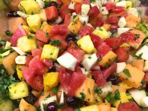 Värikäs hedelmäsalaatti