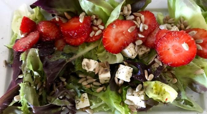 Mansikka-Feta-Salanova-salaatti