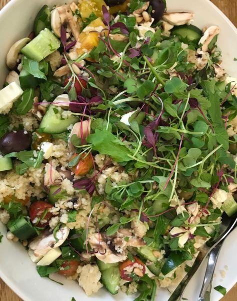 Couscous -salaatti on ruokaisa.
