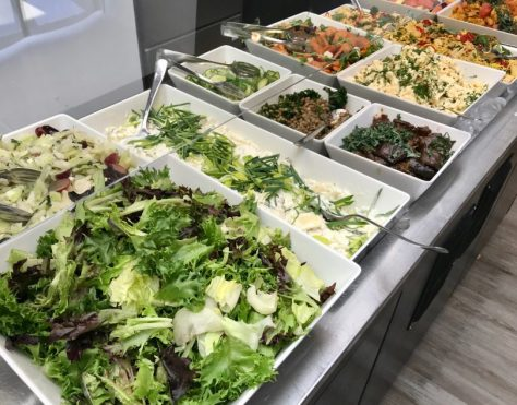 Raikas salaattipöytä