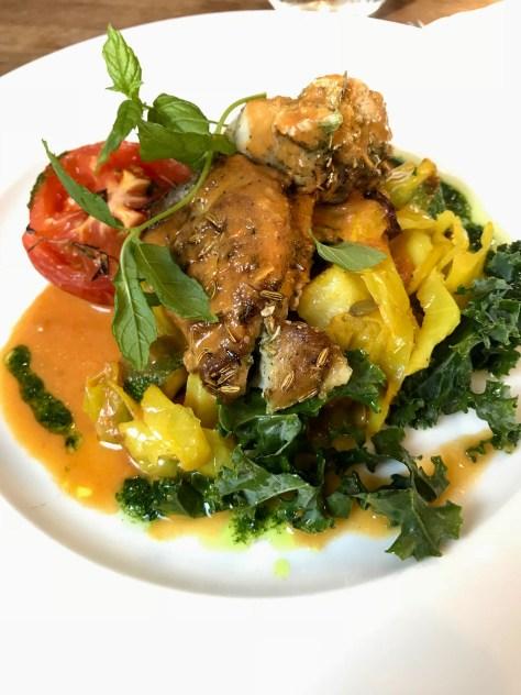 Curry-lehtikaalipaistosta kanan kera.