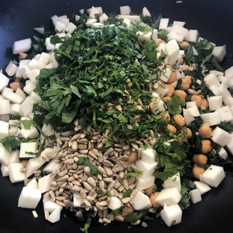 Laita ainekset suoraan salaattikulhoon