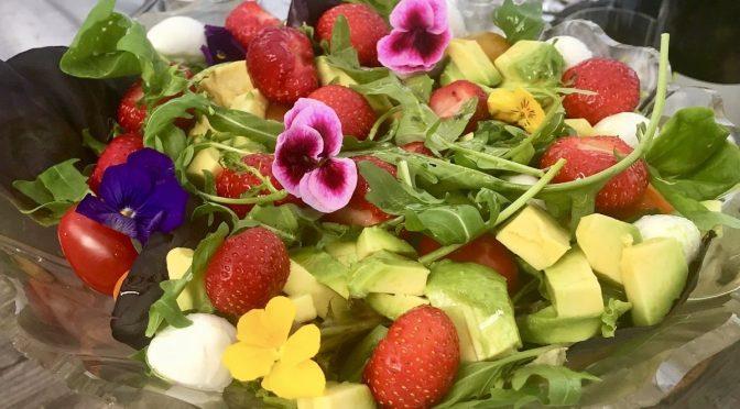 Naisten nimipäiväviikon salaatti on kaunis kuin mansikkakakku!