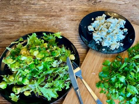 Ruusukaalisalaattiin tulee päärynää ja sinihomejuustoa ja Sorrin IsoMixiä ja Mörköä